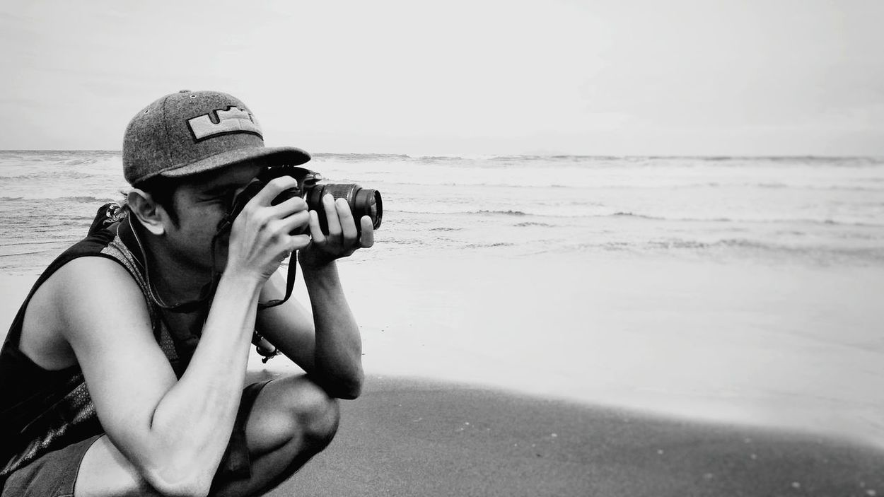 capture him when he captures. Showcase July Beach Life Photooftheday Wanderlust Mobilephotography Bestshot FinestofEyeEm Vitaminsea Whenpautravels Feel The Journey Beachphotography Portrait Photowalk People EyeEm Blackandwhitephotography Blackandwhite Monochrome People And Places Monochrome Photography