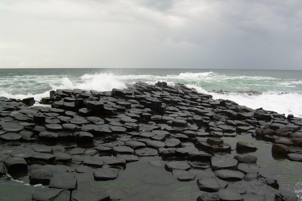 Giant's Causeway Beauty In Nature Blackstones Coolpix Dunklewolken Giant's Causeway Grey Sky Horizon Horizon Over Water Ireland Meer Nature Orizzonte Power In Nature Rock - Object Sea Sky Sturm Water Wave