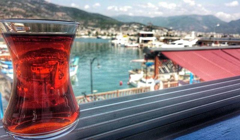 """""""Biz, çayın yalnızlığa iyi gelen tarafını da severiz. Avuçlarken ince belli bardağı, hücrelere kadar hissettiren sıcaklığında unuttuk yalnızlığı."""" Oguzatay Alanya Alaiye çay Deniz"""