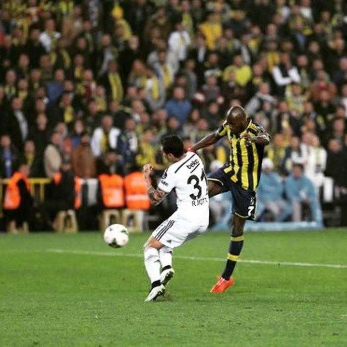 Iste tam o an bizin mubarek, cikti sahneye... Vurdu ve gol... Moussasow Sow Fenerbahce  Sarilacivert sarikanarya besiktas derbi futbol istanbul kadikoy