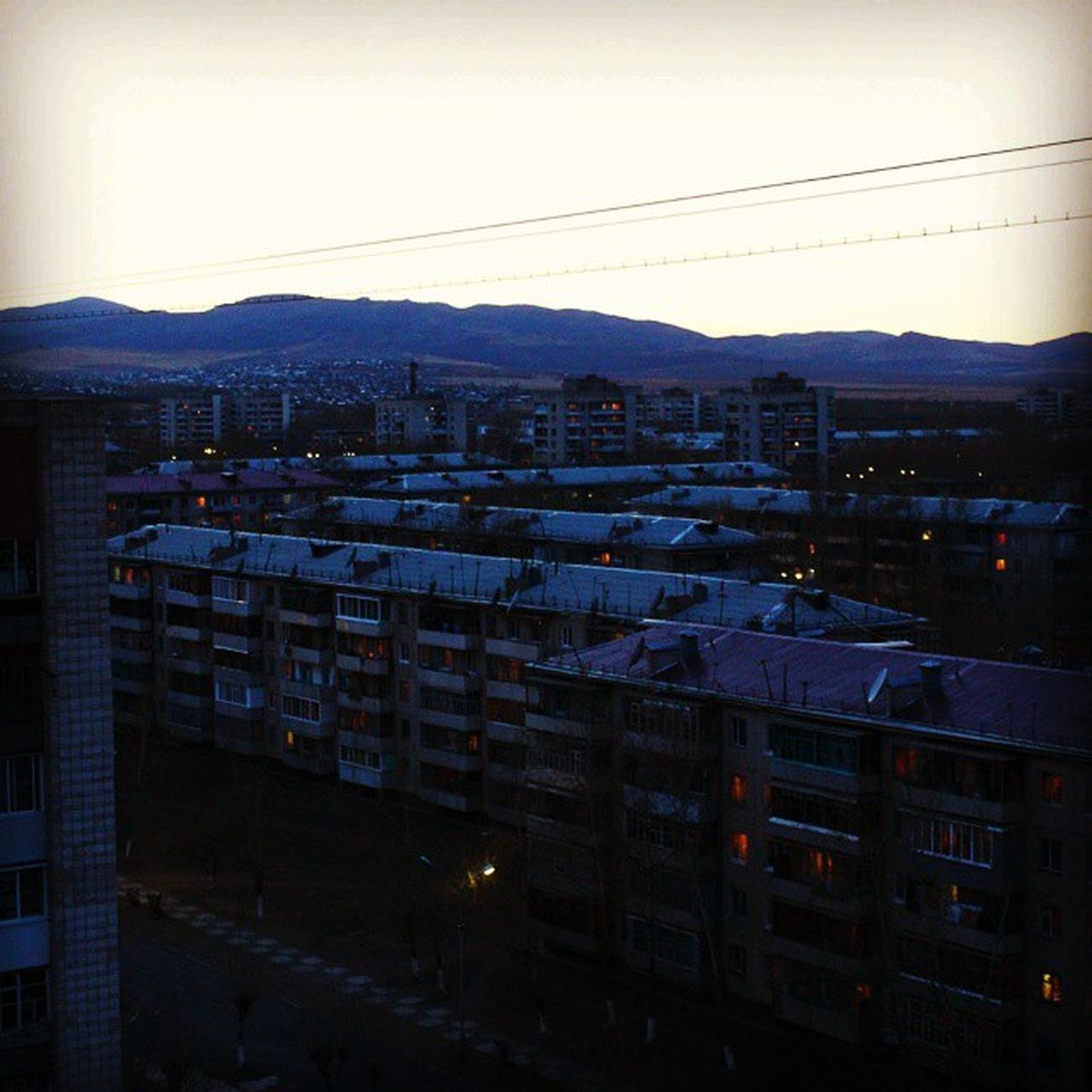 Прекрасный вечер мне сулит Расплавленное солнце. За горизонтом день мой спит, И ночь стучит в оконце. Восходят и гаснут огни, С неба падают звёзды. Как будто ангелов слёзы Печаль смывают с земли. Krasnokamensk краснокаменск мойгород почтиночь вечер видскрыши дома Niceday Mylife Mytown Homes Goodday