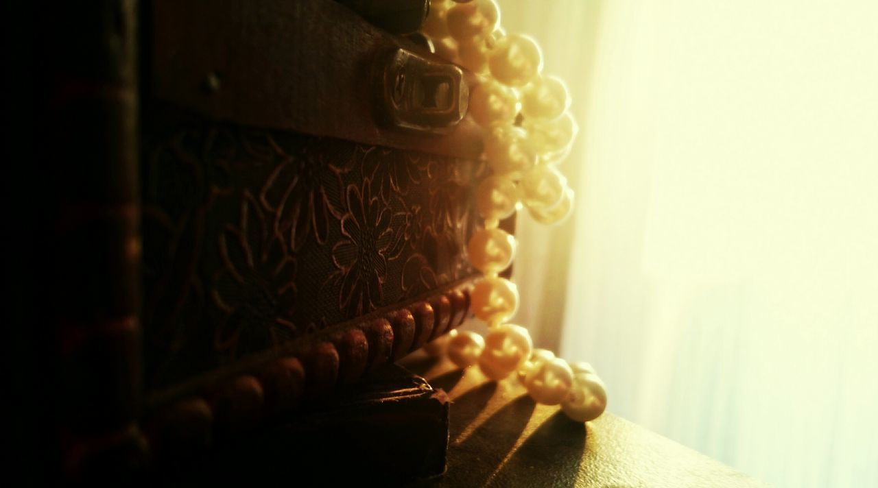 43 Golden Moments Morning Light Sun Rays Sunrise Pearls Necklace Up Close Open Edits Surfaces And Textures Taking Photos Light And Shadow Feeling Creative EyeEm Best Shots Jewellery Jewellery Box Dust Dusty