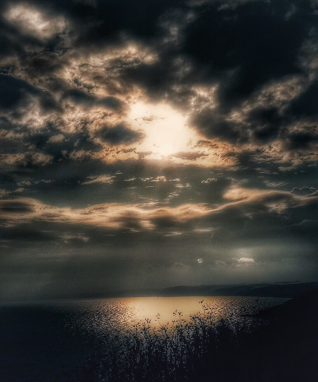 sunset, sky, scenics, cloud - sky, sea, tranquil scene, tranquility, beauty in nature, horizon over water, water, no people, nature, reflection, dramatic sky, idyllic, sun, silhouette, awe, sunlight, outdoors, day