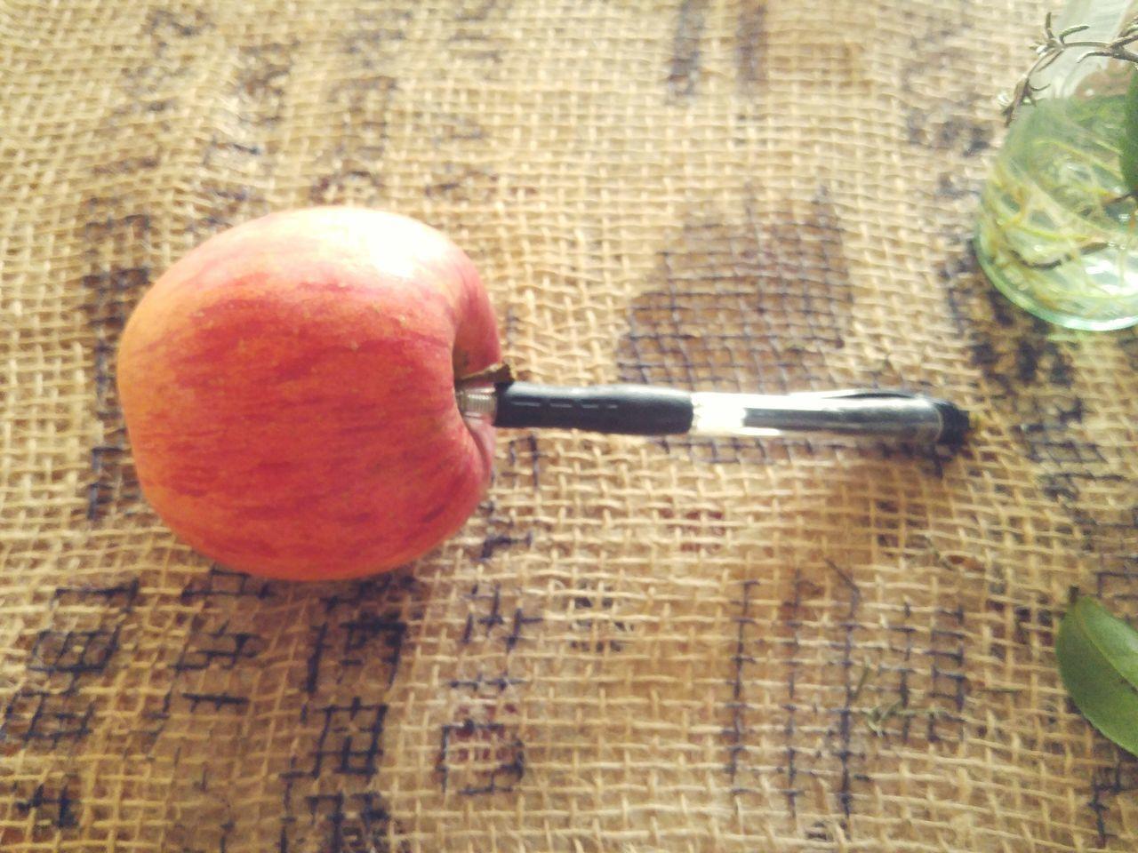 Apple―pen😁😁Table Wood - Material Close-up No People Food Healthy Eating Indoors  Day EyeEm Gallery EyeEm Nature Lover The Week On Eyem 林檎 Ringo Apple