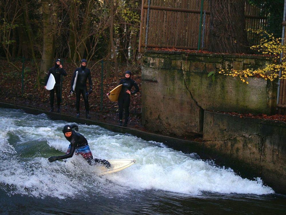 Everyday Joy Surfing Englischergarten München Deutschland