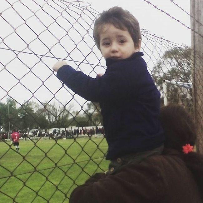 Prendido al alambrado como un verdadero hincha. Te amo mi bebé ❤ Hoy . LosOnce .⚪🔵⚪ GorraDeCuero .
