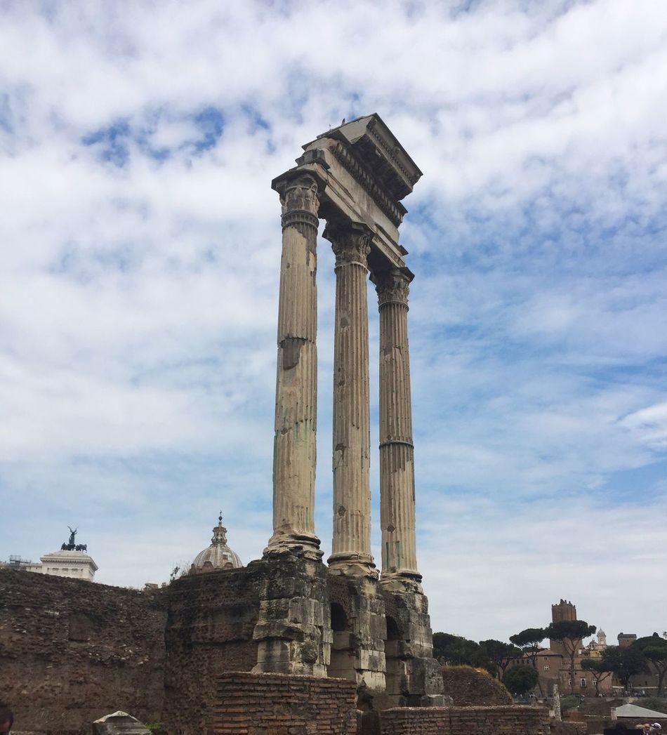 Amazed by the remains of Ancient Rome. Fororomano Ancientrome Romancolumns Romanforum Ancientarchitecture