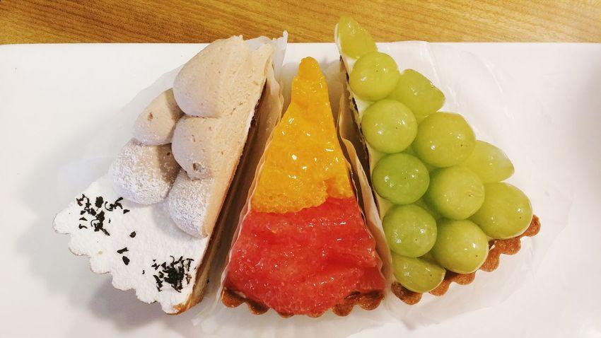 Tart white grapes, orange and grapefruit, and earl grey