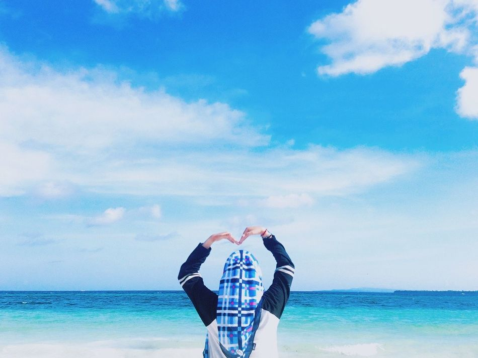 Beach, please😅 Eye4photography  Check This Out Beach Beachphotography Water EyeEm Nature Lover Sky Sea One Person Cloud - Sky Real People Day Men Outdoors Nature Horizon Over Water Human Hand