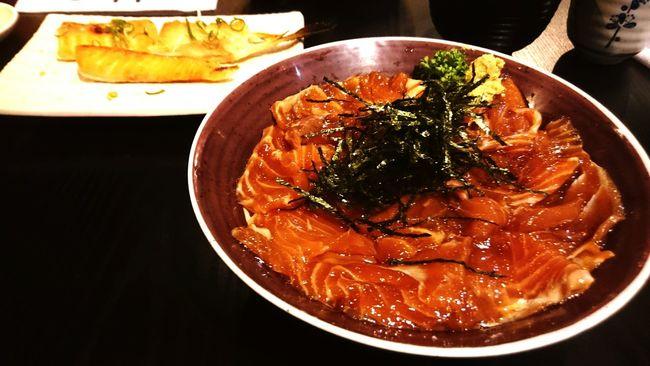 巷弄中的日式小店,三個老同學的聚會:) 鮭魚丼