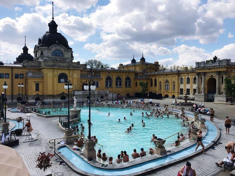 Amazing outdoor spa! Széchenyi Baths Szechenyi Szechenyithermalbath Thermal Bath Spa Budapest Hungary 🛀🏻🏊🏻