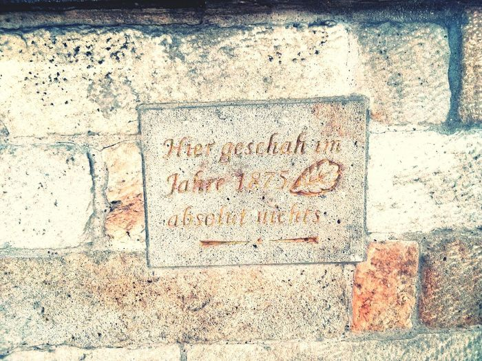 Hier geschah im Jahre 1875 absolut nichts Mauer