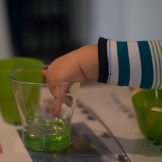 Frühkindliche Feinmotorik 3 Babyboy Beverage Close-up Colorful Drink Fingers Focus On Foreground Food And Drink Freshness Glass Glass - Material Grip Gripping Holding Indoors  Leisure Activity Lifestyles Refreshment Table