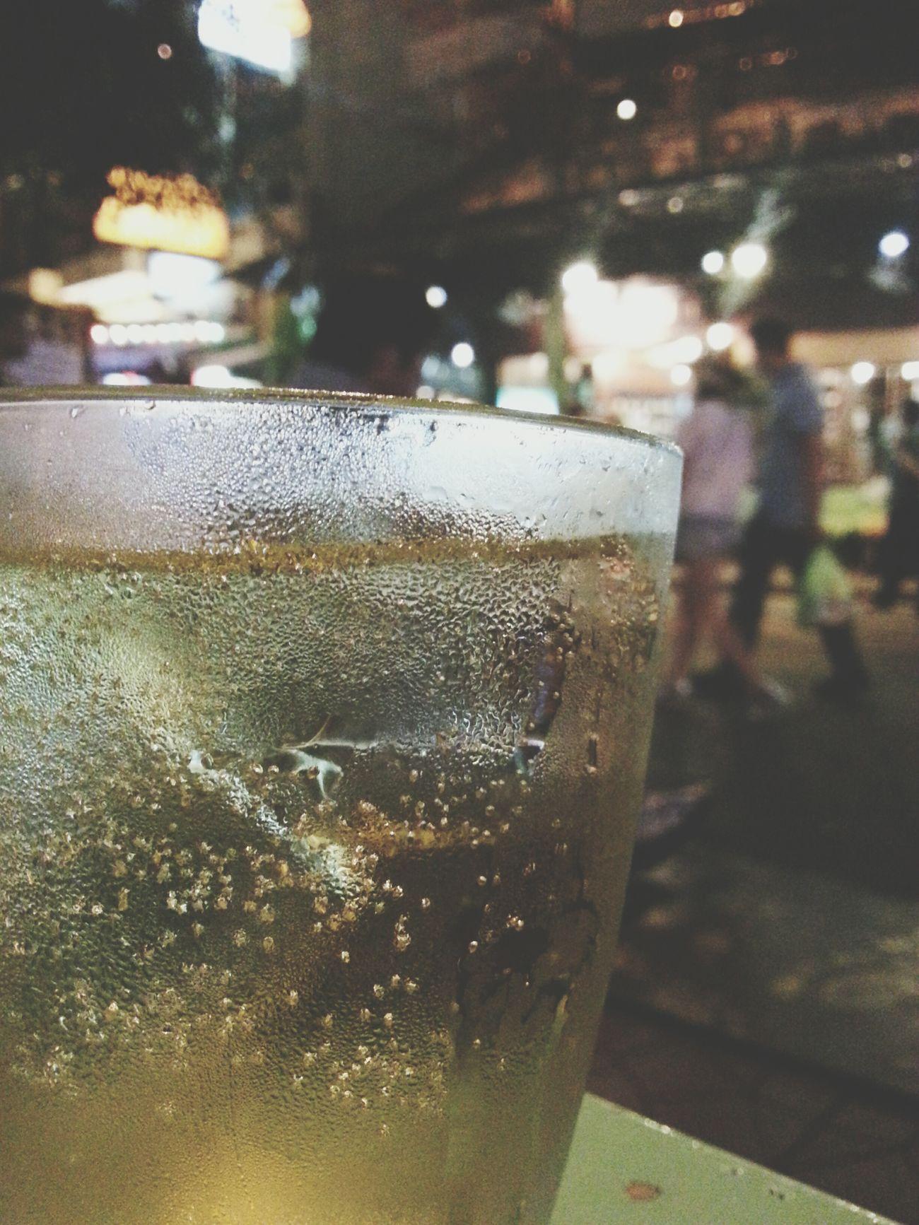 หลงทางมาโผล่นี่ได้ไงก็ไม่รู้ ดื่มน้ำเย็นๆสักแก้ว Night Out Partying Friends Drinking Drinks Hanging Out Night Life Khao San Rd.