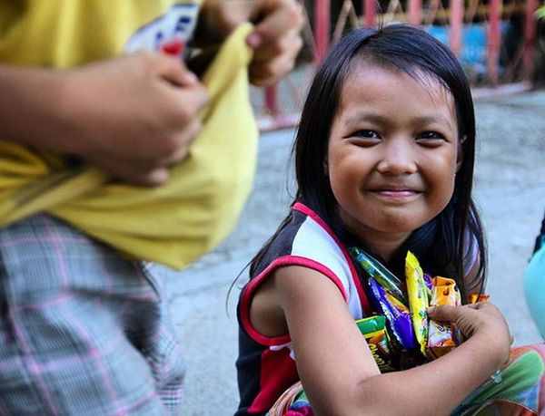 Even really small thing can make them hppy It's awesome Cebu Philippines Mactan Adventure Travel Trip Backpacking 필리핀 세부 막탄 Local People 배낭여행 여행 동남아 DSLR ASIA Asian  Street Kid Kids Child Friend Happy Relationship friendship
