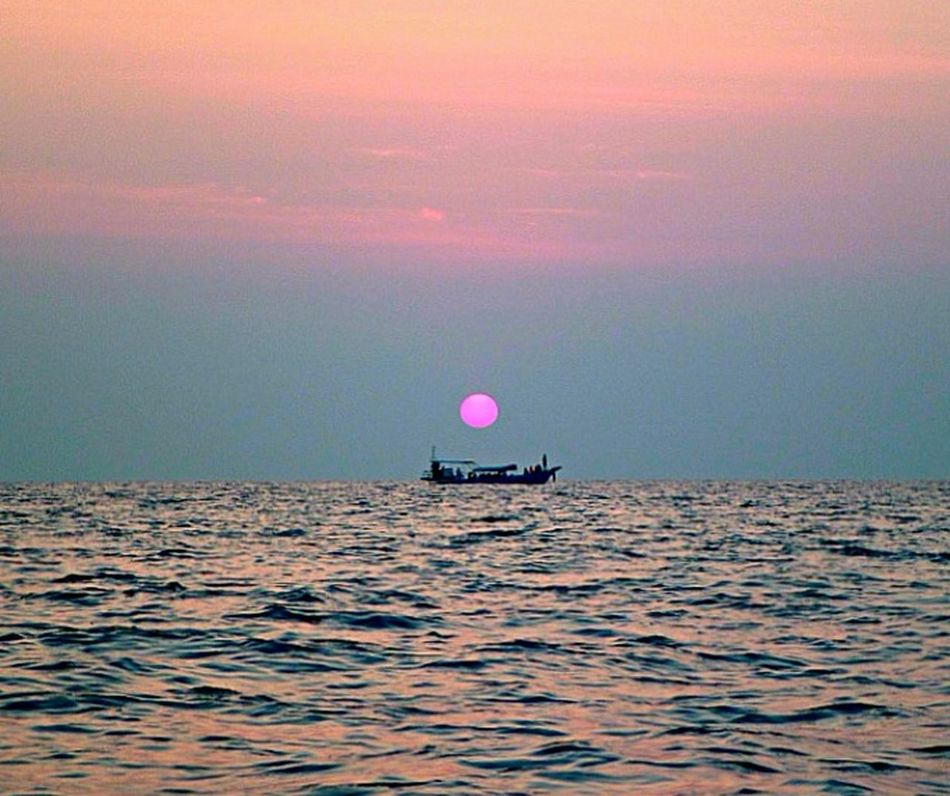 Red sun setting, near Koh Phi Phi, Thailand. Sunset Krabi Thailand Thailand Sea Being A Beach Bum Sunshine Enjoying The Sun Ocean Sun_collection Sun