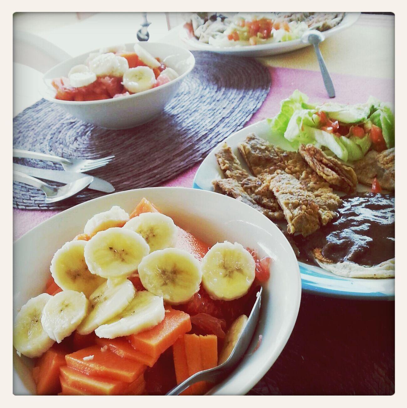 Desayunando. ..