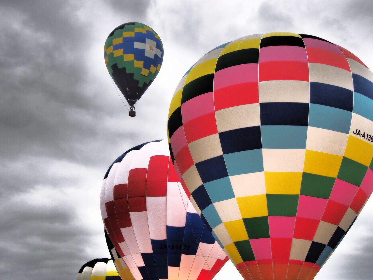 高いとこ苦手だから下から見るだけ😅 Balloons Balloon Balloonfiesta  Sky Low Angle View Hot Air Balloon Flying Cloud - Sky Cloud EyeEm Best Edits Cloudy From My Point Of View Relaxing Time Enjoying Life Japan