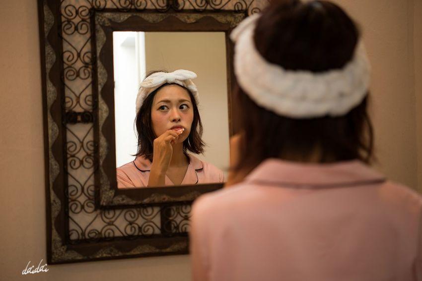 幼い頃、歯磨きが苦手だったなぁ D750 Lightroom Edit Girl ポートレート Portrait Portrait Photography Portraitpage Portrait_perfection Portraiture スタジオパラディ 撮影会 モデル ポートレート始めました 続けていきたいな 月に一度くらいポートレート撮りたいな パジャマ 歯磨き 鏡 Mirror Reflection Rear View Beauty Beautiful Woman One Person Indoors