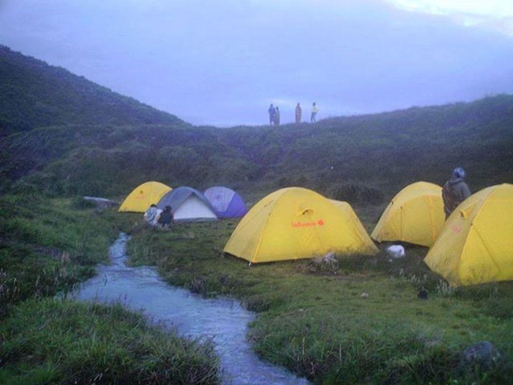 Kemping Ceria Suasana Camp Pendaki di Alunalunsuryakencana Gununggede Jawabarat pada suatu Pagi 2007, Kamerasaku Camping Lafuma Mounts Hiking Morning
