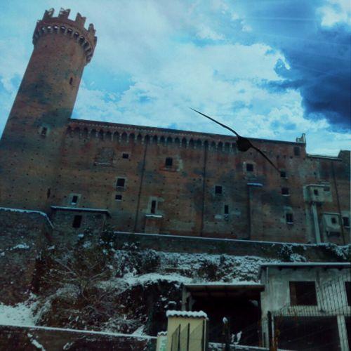 Il Castello dalle Rosse Torri al calar della sera e con la neve, incute fascino e mistero. #castellomedievale #medioevo #alcázar #castel #château #castello Architecture Built Structure Abandoned Outdoors History
