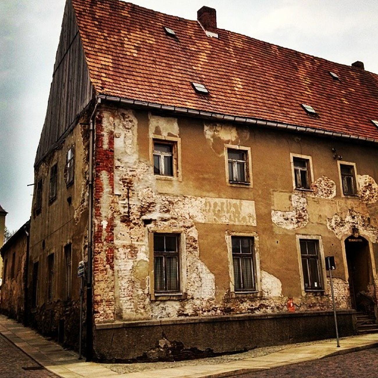 Back in the DDR times again. It looks like Eastgermany , before the wall falls down. Not renovated House in Freiberg Germany Deutschland Oldcity Ig_deutschland Instagermany