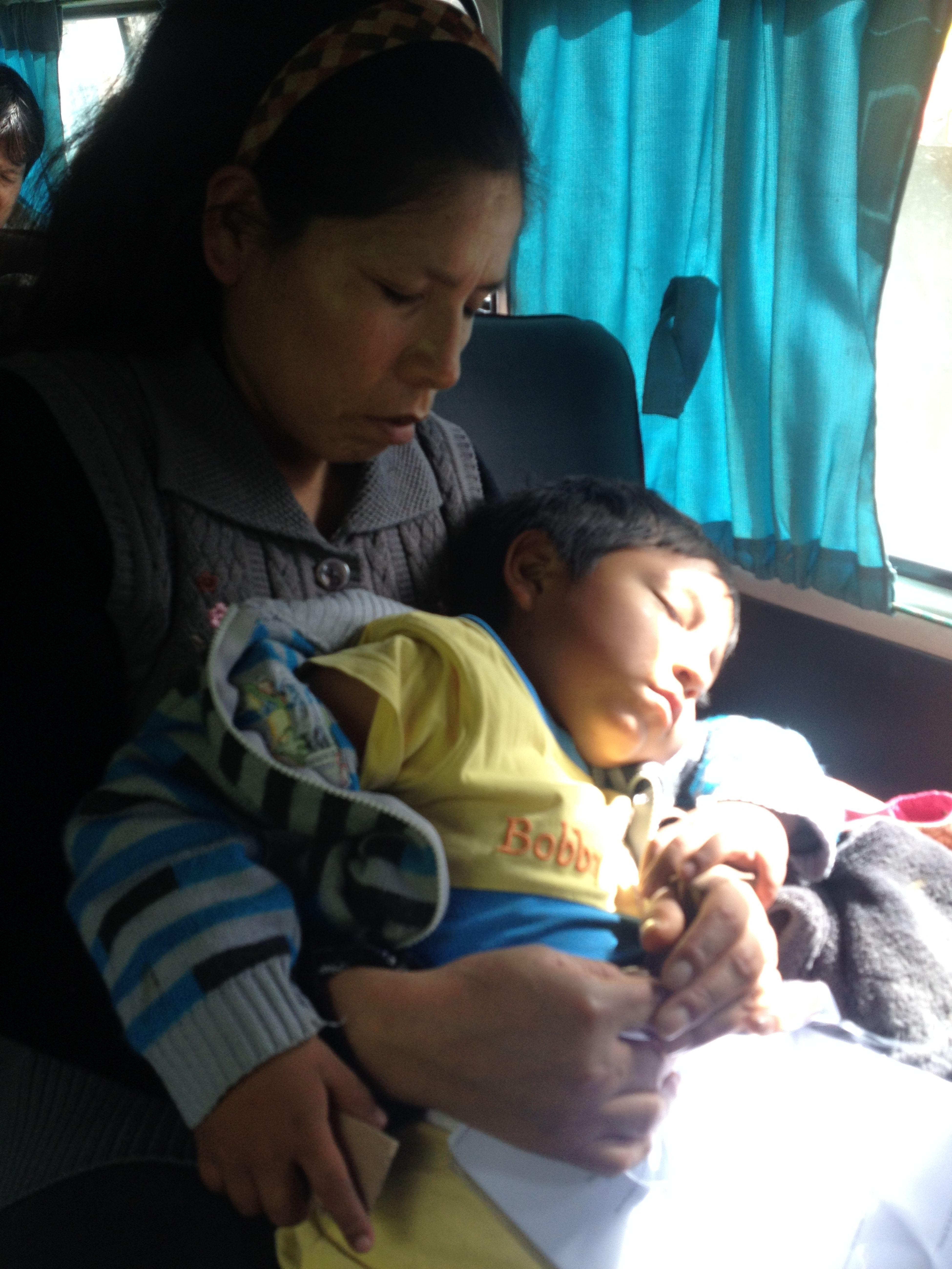 En todo el viaje la mamá nunca soltó a su niño Monochrome Blackandwhite Streetphotography Madre Family Huaraz, Peru Vida Urbana Urban Urban Life The Places I've Been Today