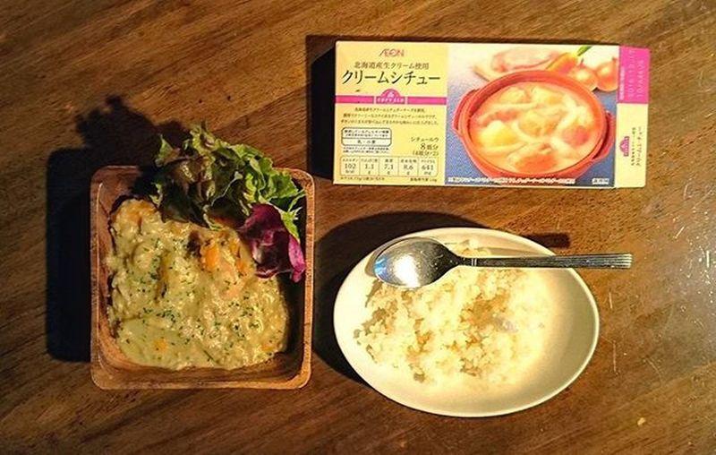 トップバリュのクリームシチュー 絶対オススメしないルーです。 Japan Japanese  Food Foodgasm Foodie Foodporn Foodphotography Fhoto Fhotography Cooking Homemade Tokyo Shibuya Yammy  Good Nice Pic Wood L4l Stew エイキが甘いの嫌言うから工夫して頑張ったが、結果普通だな。やっぱこのルーは60点✋チーズぶっかけて上からバーナーで炙れば良かったな🔥