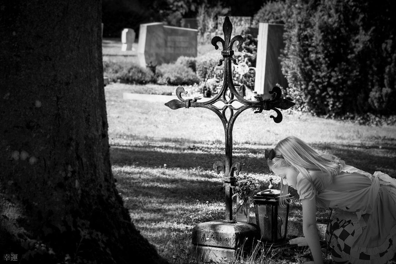 thousand pains Grave Cemetery Girl Tears Despair Sorrow Sadness Pain Thousand Pains Melancholy Monochrome Lucky's Monochrome Monoart Black And White Black And White Love Shootermag EyeEm Gallery Fine Art Photomanipulation Black&white Fragility Mood Lucky's Mood Melancholic Landscapes Portrait