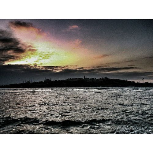 .. .. Yıllarımı paylaşan derince izler beni izler Onları bir görseydiler solardı benizler Ağlamaktan susuz kalırdı denizler Birdiziiz