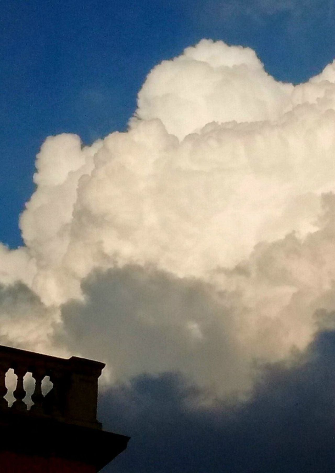 Nube. Cloud - Sky Architecture Built Structure Weather House Sky Building Exterior Smog Roof No People Outdoors Fog Day Spooky Smoke Stack Halloween Nature Nube Nubes Nubes Y Cielo Nubesdetuciudad