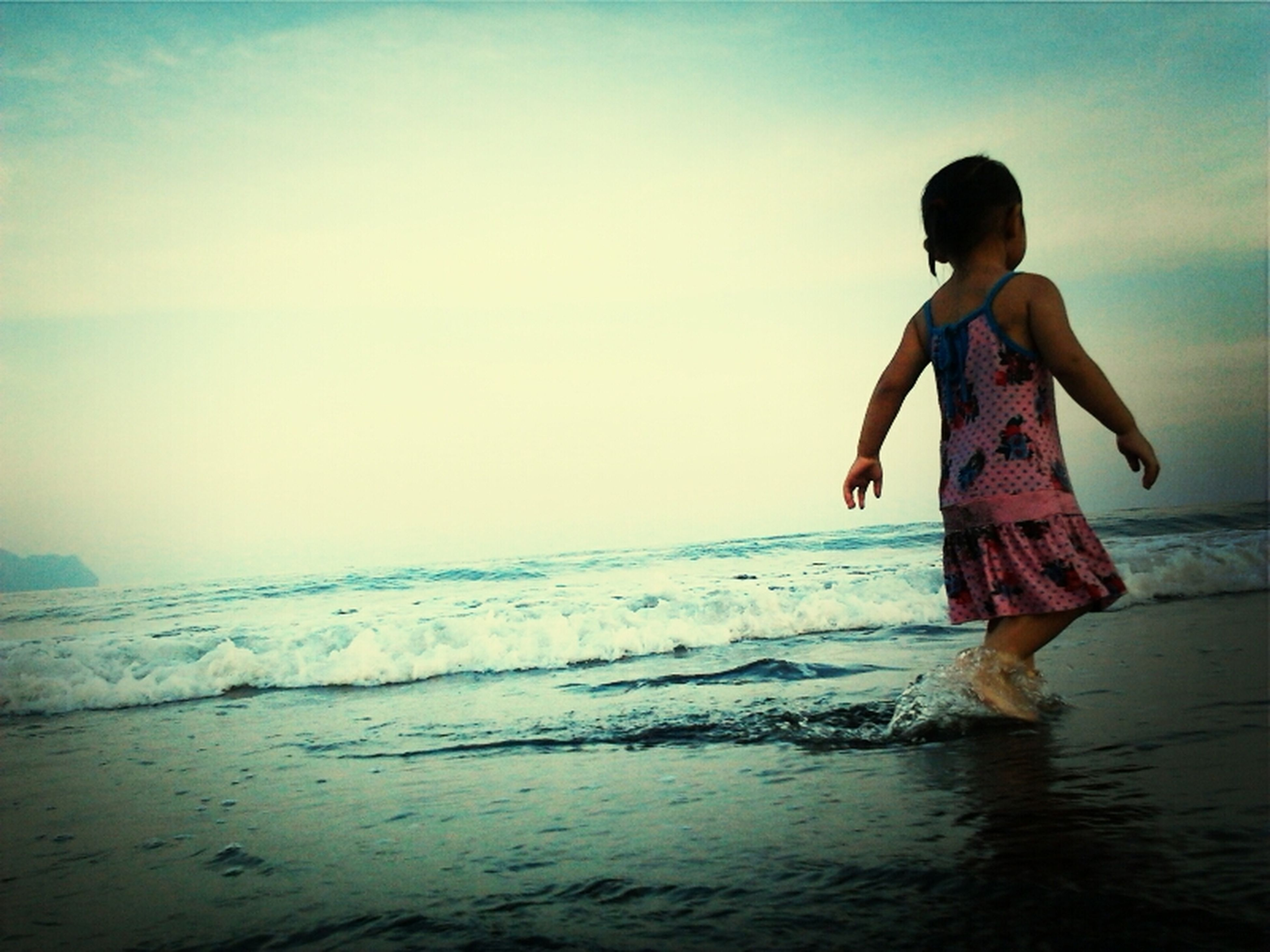 sea, water, beach, leisure activity, lifestyles, full length, horizon over water, childhood, shore, boys, vacations, standing, wave, elementary age, sky, casual clothing, girls, nature