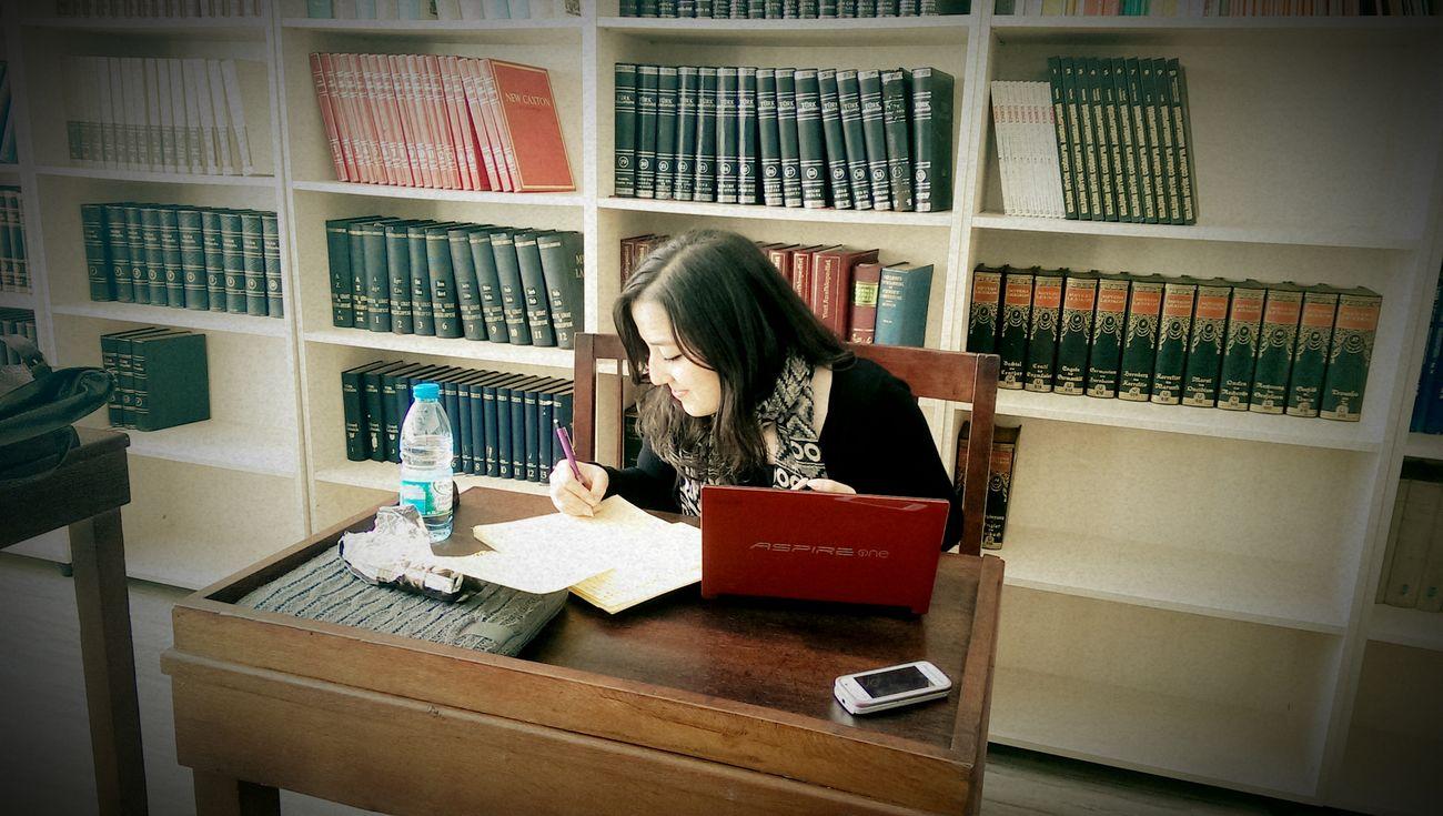 Ders çalışmak için huzur dolu bir ortam..Ama kütüphane her ne kadar ders çalışma isteği doldursa da şımarık arkadaşlarm var beniim ?? Studying Happyhappyhappy Hi!