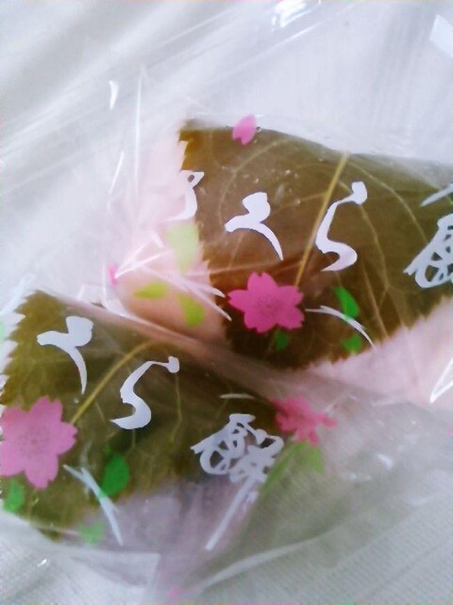 散歩がてらおやつ調達。This sweets are DomyoujI. Sakuramochi. Rolled mochi and sweet beans by cherry blossom leaf. It s only this season sweet. Sweet Food Japanese Food Japanese Sweet Cherry Blossom Leaf