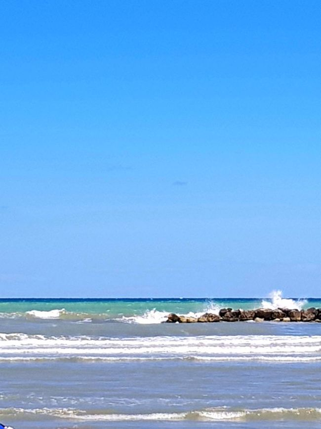 Sea in mouvement Sea Beach Sunny Wave Blue Horizon Over Water Nature Sand Water Sky Clear Sky Tranquility Beauty In Nature No People Outdoors Summer Senigallia Beach Senigalliainunclic Senigallia Tranquility Clear Sky Horizon Blue Skies Blueskies Waves Splashing