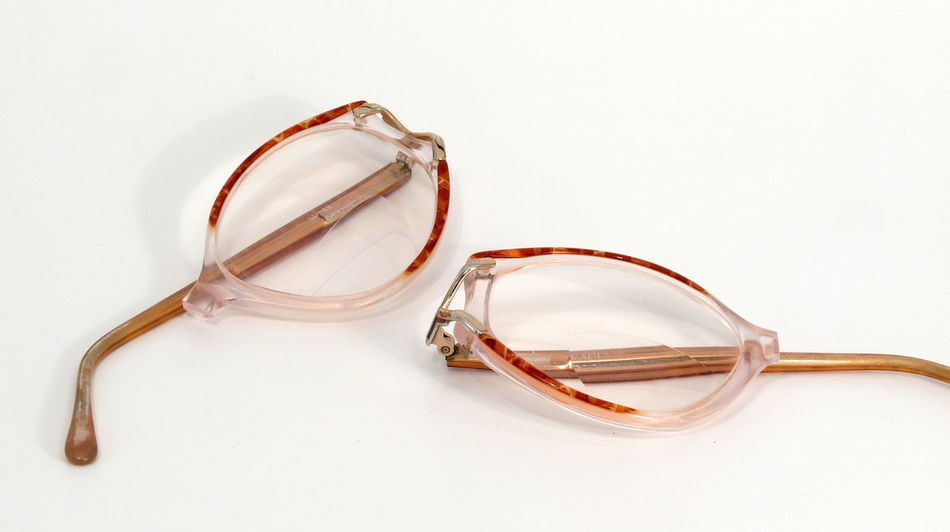 Brille Brillengestell Broken Broken Glass Broken Glasses Close-up Day Eyeglasses  Frame Glasses Indoors  Isolated White Background Album No People Spectacle Frame White Background Zerbrochen