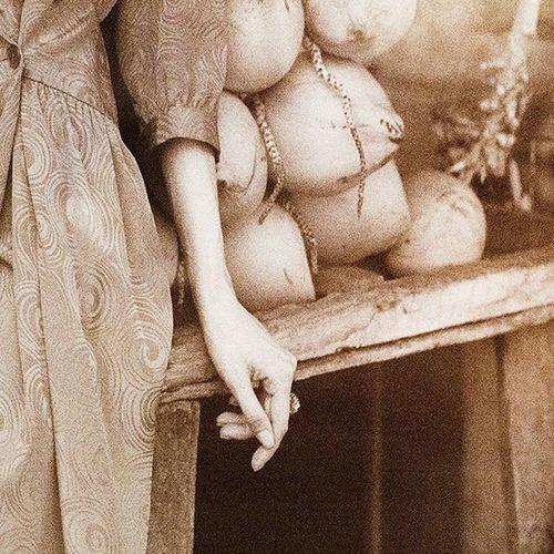 """Выставка Руслана Лобанова """"Nudes in the city""""🌑 Атмосферно и красиво💭 Это мое любимое фото. Может потому что снято в Галле. Может потому что на фото запечатлены эти красивые руки. А может из-за вкусных королевских кокосов🙈 Но факт остается фактом! Fully in love💭 Nudesinthecity Lobanov Lobanovruslan Ruslanlobanov Galle Exhibition Photo Coconut Kingcoconut Market Hand Woman Beautiful Beauty Passion Mood Instamood Inspiration Love VSCO Instadaily Vscocamphotos Picoftheday Instagood Model art photooftheday mono"""