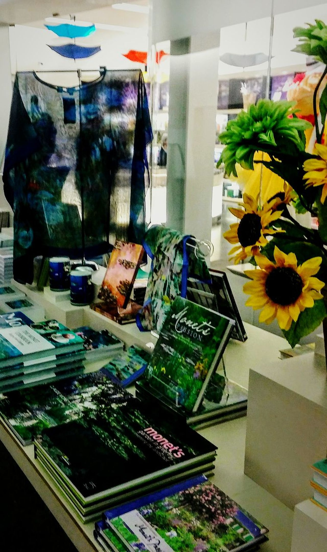 Indoors  No People Retail  Day Irwin Collection Museum Store Museum Of Fine Arts Book Store Sunflowers ♥ Eyem Gallery Flowers Books ♥
