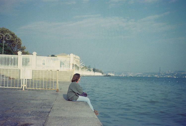Yıllar, çok yıllar önceydi.. Hayallerin kurulduğu, umudun her şeye, zorluklarla geçen çocukluk-ilk gençlik yıllarına ve herkese rağmen taze kaldığı yıllardı..Henüz hayaller de denize düşmemiş, bedenden ve ruhtan ayrılıp başka diyarlara gitmemişti.. That's Me Past Years TBT Sea When I Was Young Alone In The City  While I Was Watching İstanbul Untold Stories Ineedamiracleformylostsoul Eternity And A Day Capture The Moment Portrait Of A Woman EyeEm Gallery Eye4photography  Landscape Istanbul Turkey Dolmabahçe