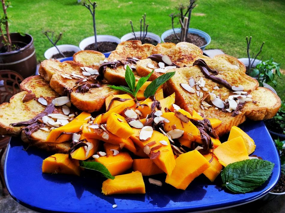 French toast and mango platter Sugarygoodness Food Photography Foodie Home Coooking Yummy Food Porn Nabij Nabijuju Delicious Foods Homemade French Toast For Breakfast French Toast Mango Almonds