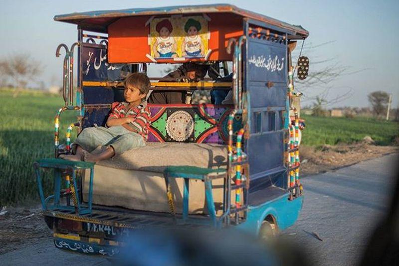 Pakistan Punjab Sahiwal Rural Outskirts Street Streetphotography Rikscha TukTuk Children Childhood LikeABOSS Dailylife Cityofcities @everydayasia Drivebyshooting @mcfitti Mamahalblang