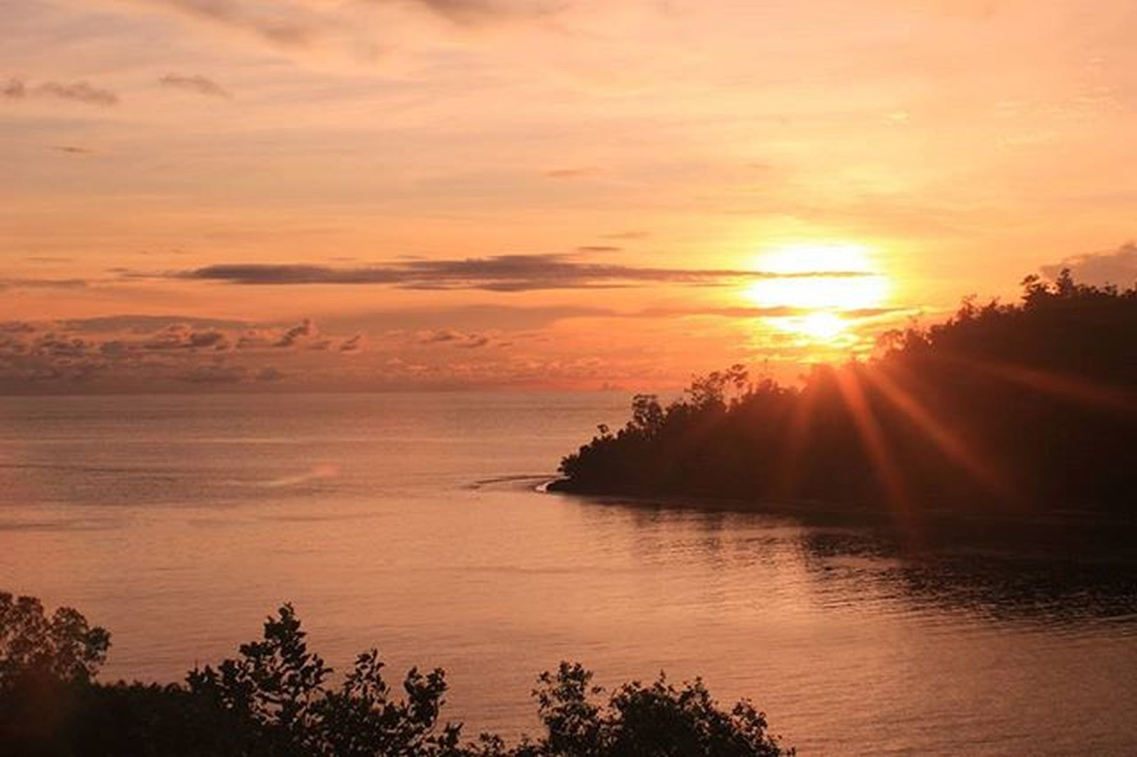 """Sunset"" Location : Pamutusan . . . Exploresumatra Explorepadang ExploreSumatraBarat ExploreSumbar Adventuresumbar Okesumbar Potretsumbar Adventuresumbar Sumbar_oke Sumbar_rancak INDONESIA Indonesiajuara Travel Pamutusanisland"