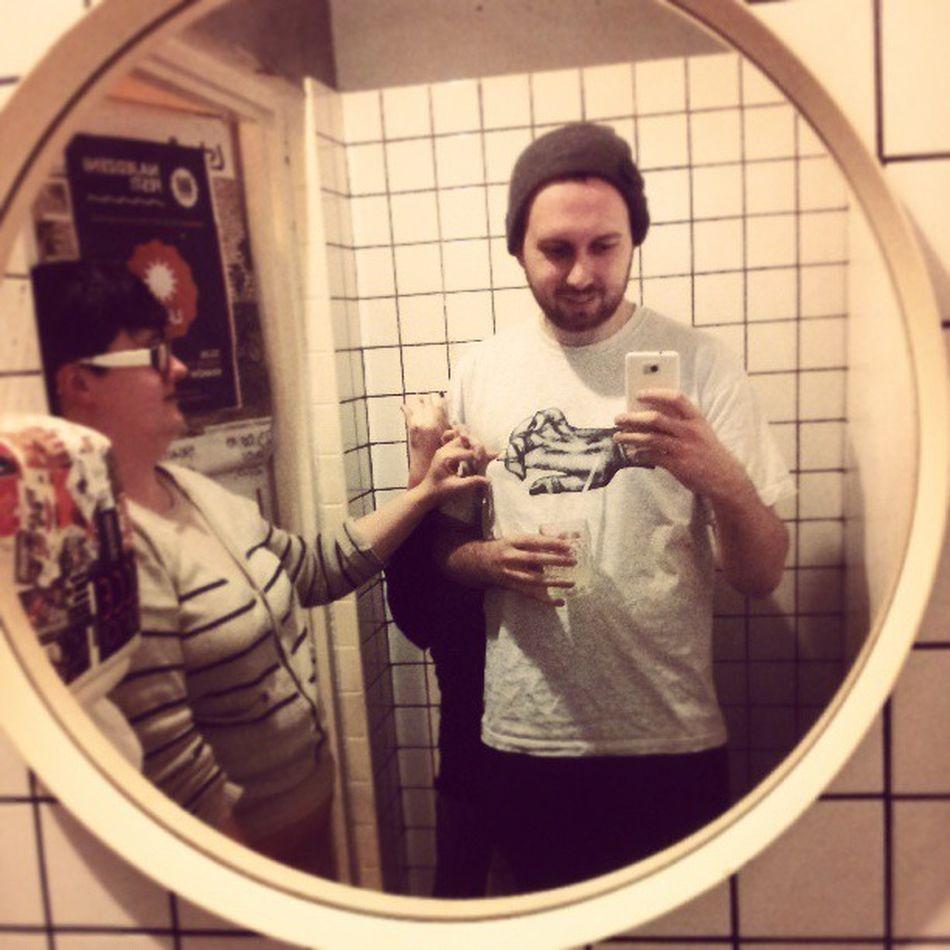 Samojebka in kiblu. Mirror Miejsce Kiblu Fingers