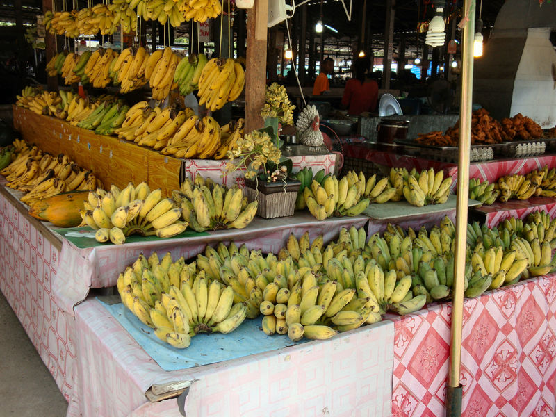 Bananas for sale at a Thai market Bananas For Sale Farmer's Market Food French Food Freshness Fruit Groceries Market Market Stall Marktstand, No People Obst & Gemüse Outdoors Retail  Retail Place Store