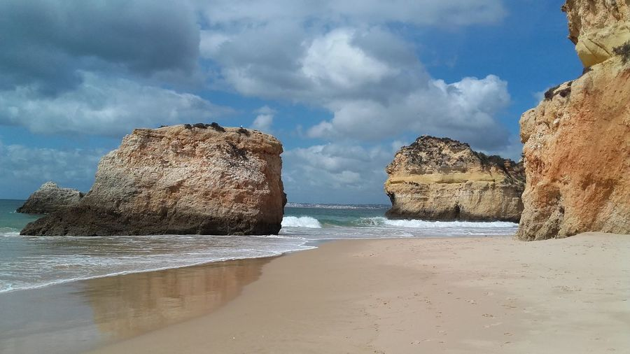 Enjoying Life Portugal_lovers Beuty Of Nature Vibrant Colors Nature_collection Alvor Algarve Beautiful Place Portugal Algarve Portugal Praia Dos Três Irmãos Walking Around Taking Pictures From My Point Of View No Filter, No Edit, Just Photography Nature On Your Doorstep Beachphotography Travel Photography Discovering Places Famous Place Red Rocks  Ocean View Harmony Tranquil Scene Riflessi Sull'acqua Sea View