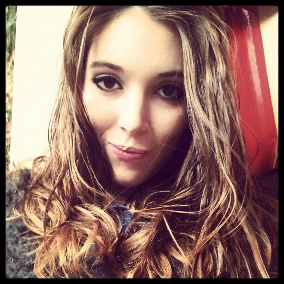 Faut garder le sourire, malgré la pluie ! Girlfrench Girl French Me moi makeup hair rain photoofday photography photodujour bestoftheday love sweet cute instagram <3