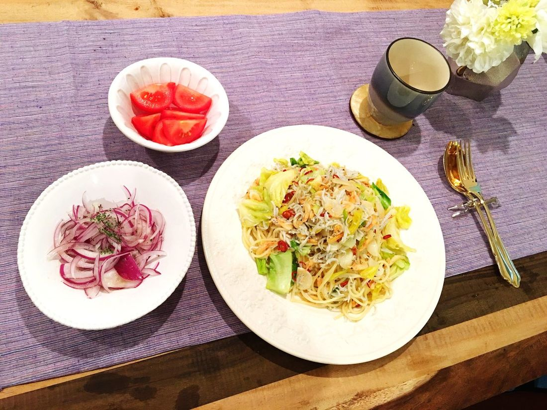 Today's Dinner しらすと桜海老と春キャベツのペペロンチーノ 紫玉ねぎのサラダ トマト Spaghetti Peperoncino Smallfish Sakuraebi Spring Cabbage Purple Onion Salad Tomato Myrecipe Ready-to-eat Italian Food Healthy Eating Foodporn Food Porn SoDelicious