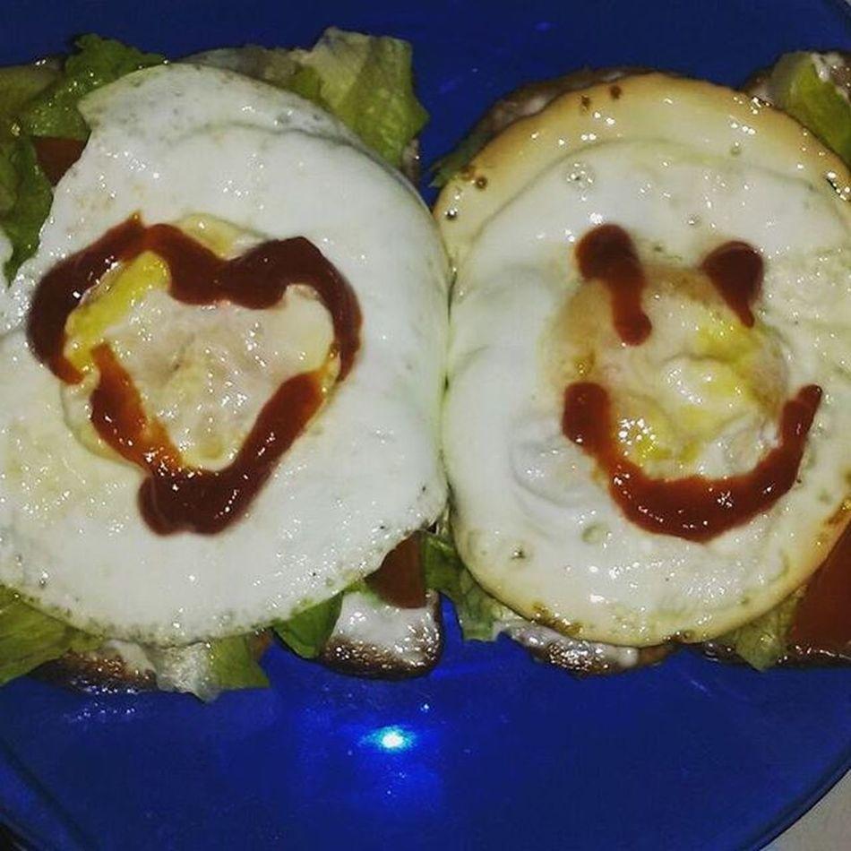 Desayuno para mi princesa @monalisaio :)... Huevos fritos Lechuga y Tomates grape sobre Pan tostado. Breakfast Fried Egg Toast🍞 Lettuce Tomato