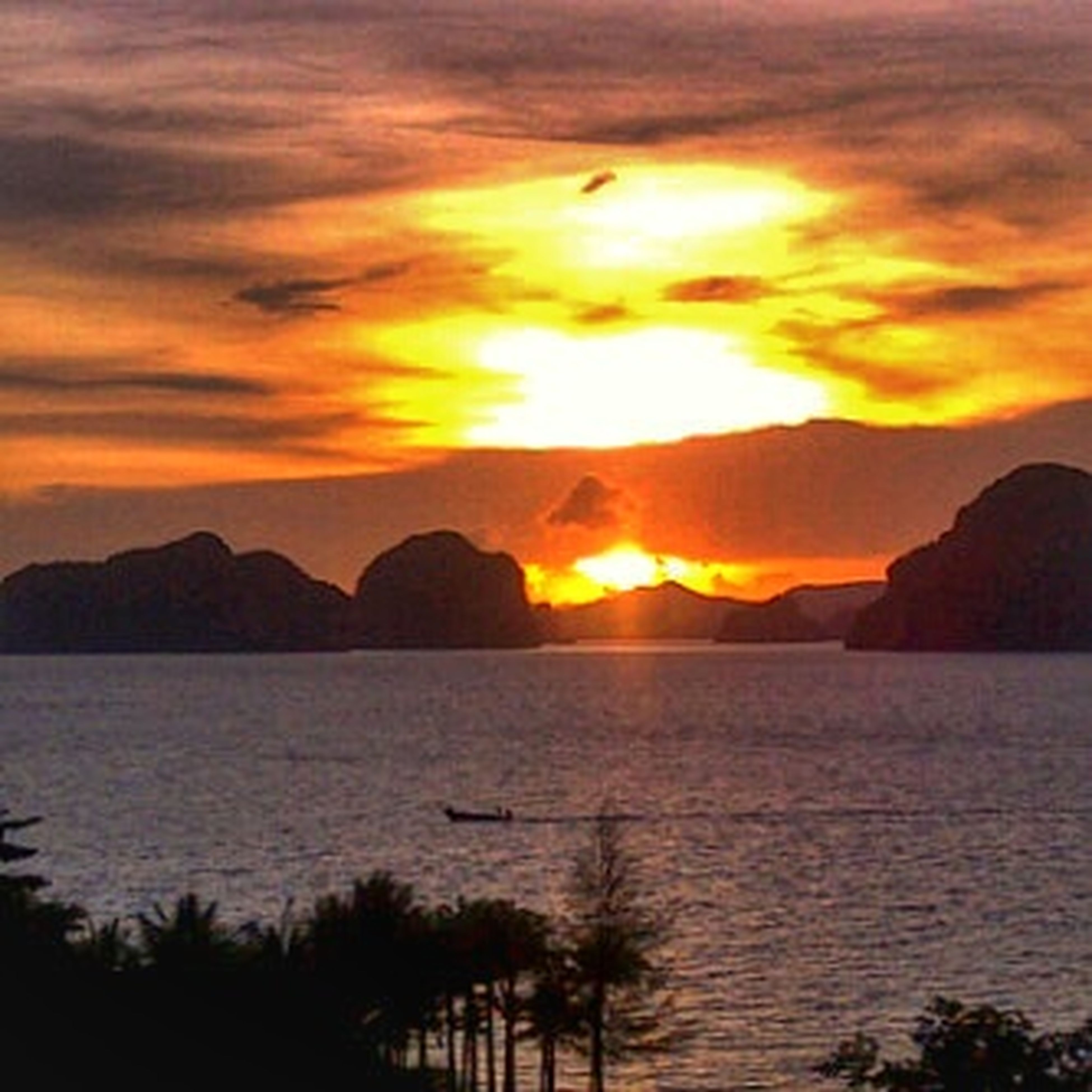 sunset, scenics, sun, tranquil scene, water, silhouette, orange color, beauty in nature, sky, tranquility, mountain, idyllic, nature, sea, cloud - sky, reflection, dramatic sky, lake, mountain range, cloud
