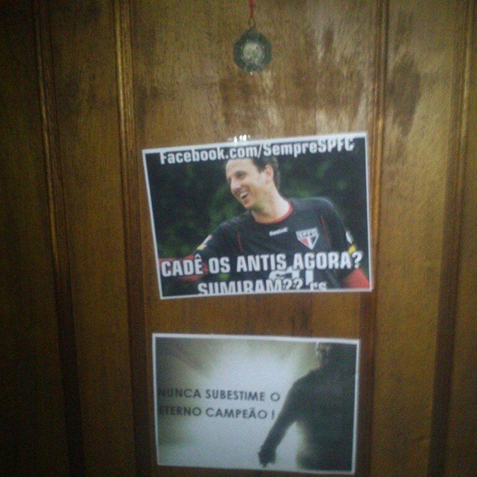 Porta da casa da minha tia e da @brunabrms ficou mãos bonita agora. Avante Somosoclubedafé Tricolorminhavida